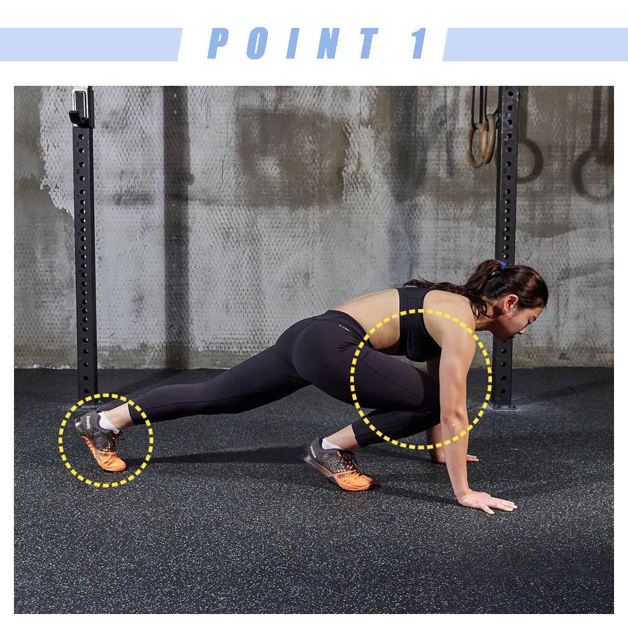 一條腿向後伸直後,腳尖支地,另一條腿向前彎至胸部。