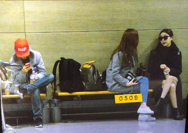 這是在機場的粉絲拍到的,反倒是Amber一個人在旁邊滑手機,Luna跟Krystal可是聊得很起勁呢!