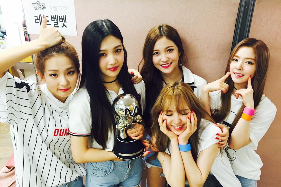 像是新人女團Red Velvet中,除了Joy(拿獎盃者)之外,其他4人都被公開在SM Rookies的名單~等於是從SM Rookies光榮畢業出道的學姊~