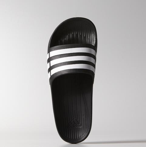 大家一定知道這雙韓國國民拖鞋-三線拖吧? 火到甚至連adidas都出了同款呢! 小編之前也被燒到自己買了一雙呢!