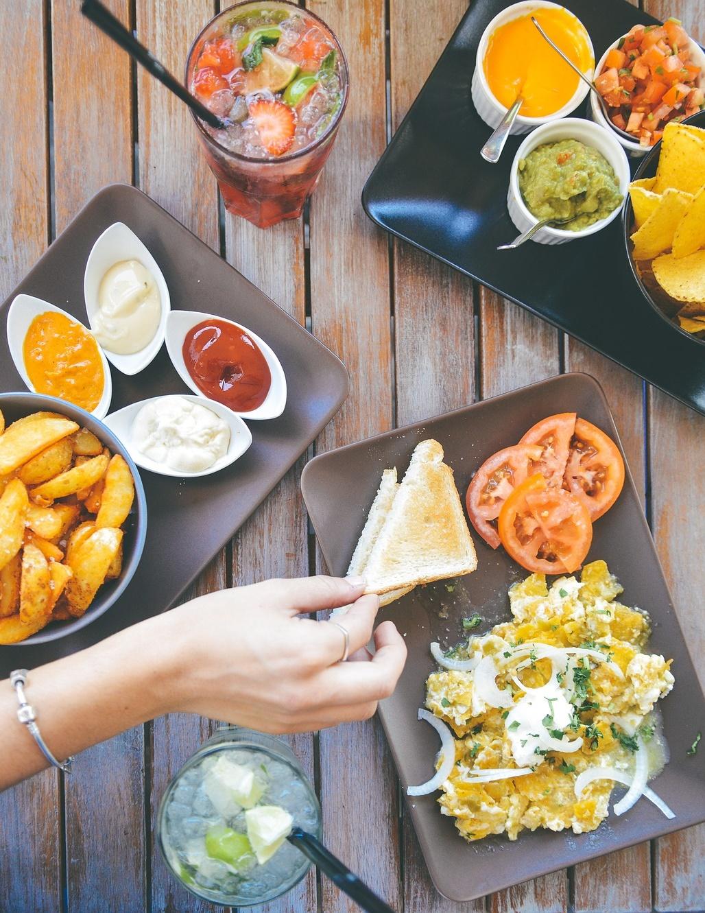 4.愛吃重鹹 鹽會讓腰圍增加!飲食中攝取過多的鈉,又不常流汗,就會造成體內積太多水,容易水腫。外食族是要最小心的族群,在外吃的便當或湯食,幾乎都是重鹹的。