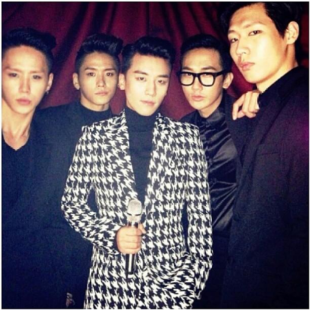他們隸屬於一個專門與YG娛樂藝人合作的舞團「Hi-Tech」