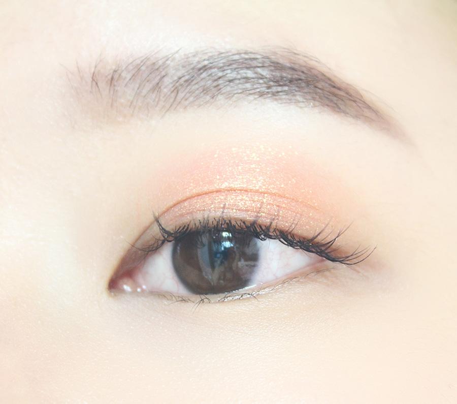 先用橙色在上眼皮大面積打底
