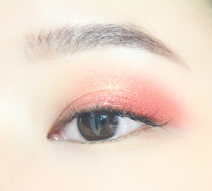 珊瑚紅色眼影重點塗一下雙眼皮褶,從前往後逐漸加重顏色,尤其是眼尾部分。