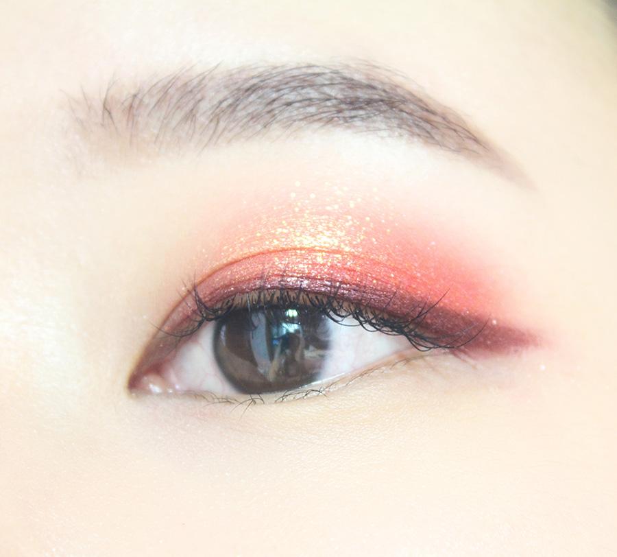 酒紅色眼線筆畫出上眼線,可以畫得稍微粗一點,因為等下還要再畫一次黑色眼線,拉長眼尾。
