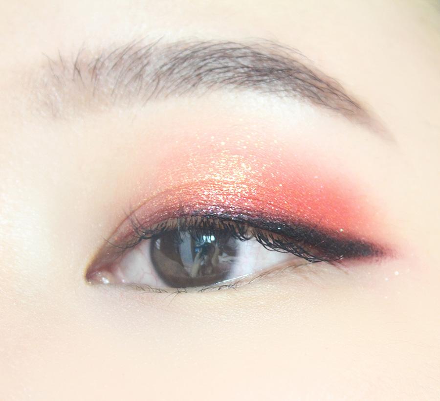 從瞳孔中間到眼尾畫上比剛才細一點的黑色眼線
