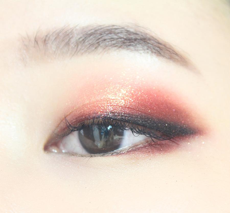 用咖啡色眼影暈染一下上眼皮的眼尾部分,看起來更誘惑。 下眼皮塗上酒紅色眼影,從瞳孔到眼尾。