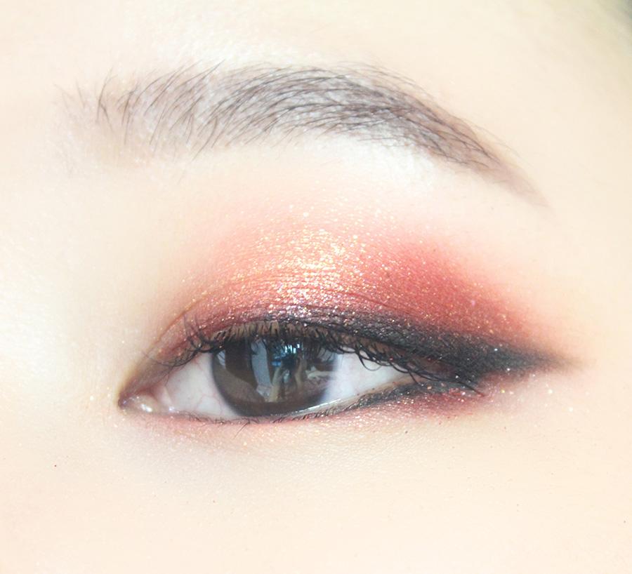 下眼皮的前半部分畫酒紅色眼線,後半部分畫黑色眼線。