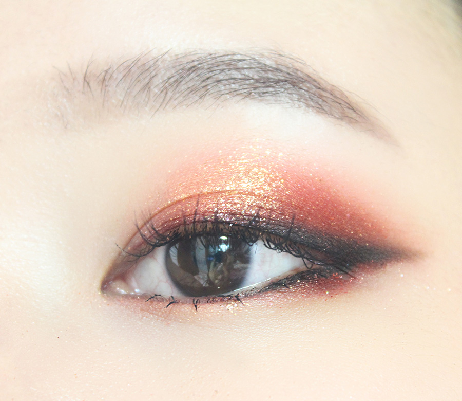 最後瞳孔上面的眼皮掃上金色眼影提亮,再用金色眼影塗一下臥蠶,刷上睫毛膏。