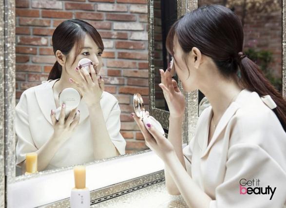 氣墊粉,這個韓國創造的美妝界的奇跡,有多火,多好用,不用小編說大家也都知道吧! 少時中最懶得打扮的Sunny在公開自己的懶人妝時,擦完基礎水乳精華后直接用一隻氣墊粉搞定底妝。