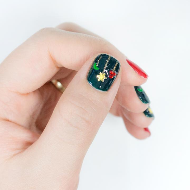 拇指上用紅色小鑽石拼成的樹果也很可愛吧..★