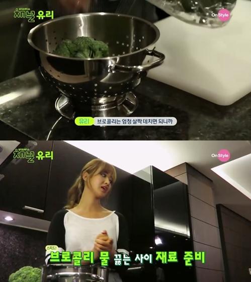 先在鍋裡燒開水,花椰菜要燙一下才不會有澀味。