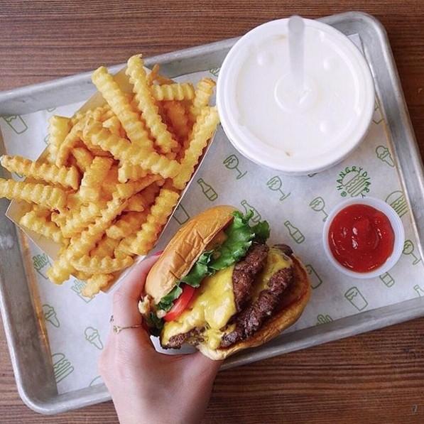 在香嫩的漢堡肉淋上熱呼呼的起司, 起司香與肉汁在嘴巴裡完美融合
