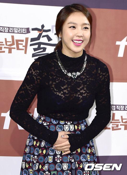 在尊重長輩的韓國文化中,藝元不但對前輩不禮貌的形象扣分,還因為前後說法不一,最後迫使她拍攝的《我們結婚了》暫停,形象大打折!
