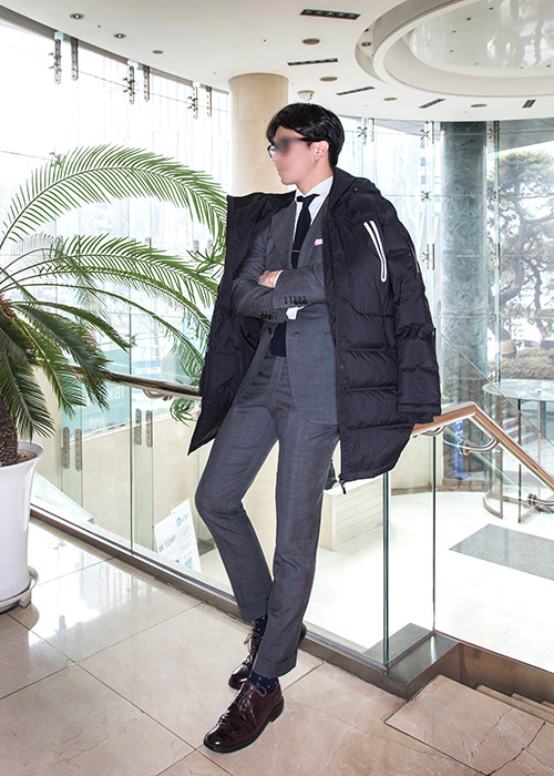 講實話,只是漫不經心地把羽絨外套披著在肩上,也完全是總裁風的感覺欸~