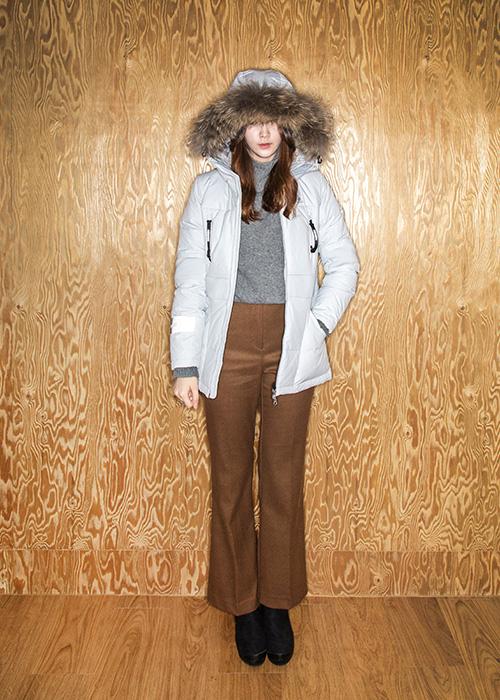 亮灰色的羽絨外套搭配茸茸的毛領,凸顯女性氣息,也給人更暖和的感覺! 淨色針織衫+闊腿褲+絨皮鞋,減少了運動的感覺,多一分成熟都市的味道!