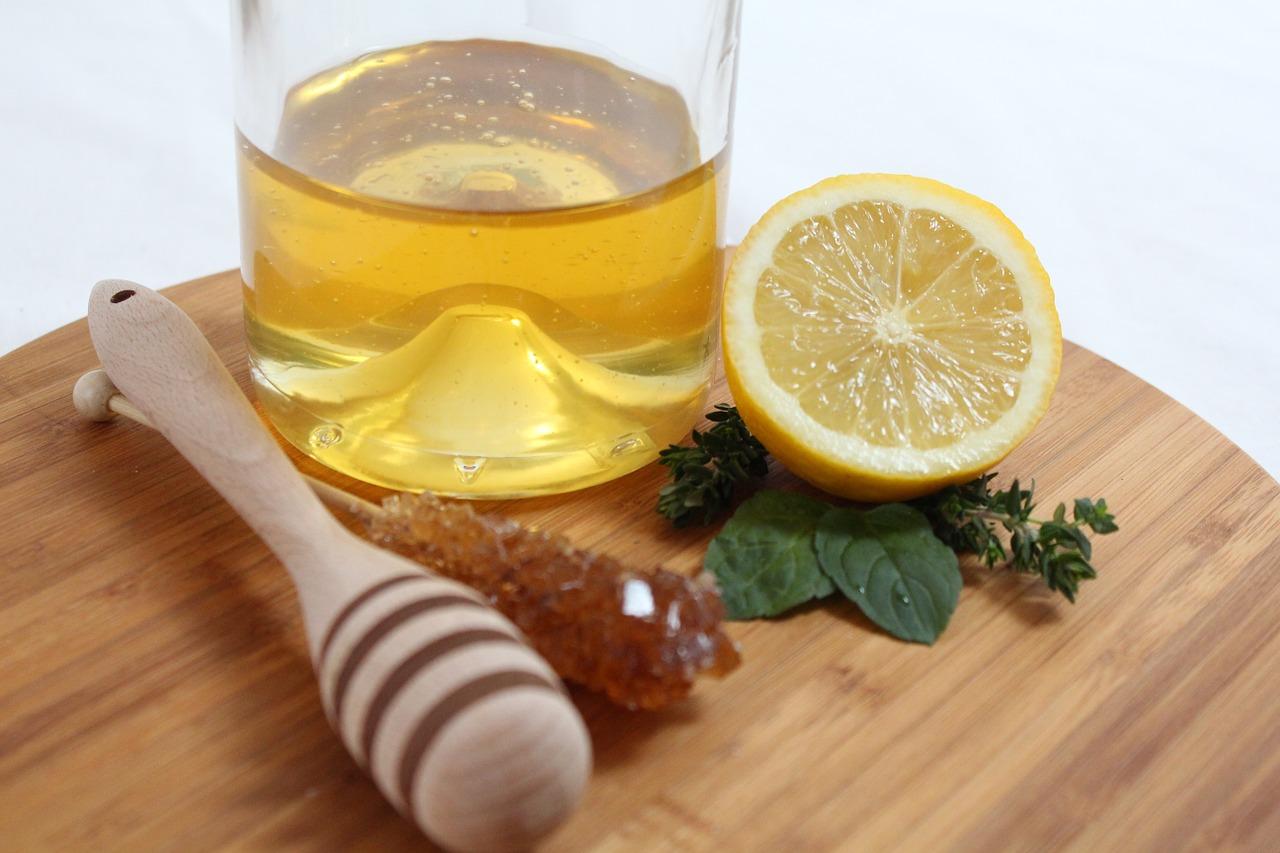首先教大家一個可以在家自製的熱檸檬茶喔~要準備的材料有: 檸檬汁/新鮮檸檬片/蜂蜜/熱開水