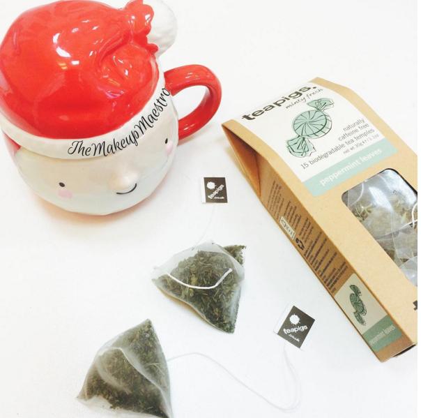 自製簡單的薄荷茶,取少許新鮮的薄荷茶茶葉洗乾淨後放在杯子裡,再注入熱開水(1杯的份量),將杯蓋蓋上靜待3~5分鐘,等到看見茶色為止。可依個人喜好加不加糖或蜂蜜。