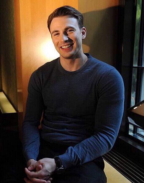 今年再《復仇者聯盟2:奧創紀元》中出演「美國隊長」的克里斯·伊凡成為最賺錢的好萊塢明星!恭喜恭喜~~