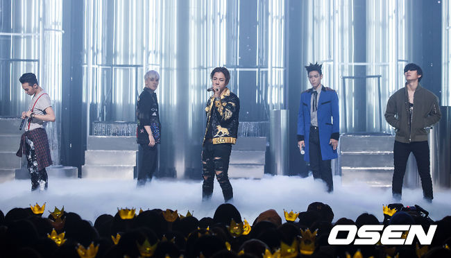 #BIGBANG_讓全場瞬間變個唱的強大舞台魅力 今年可以說是BIGBANG歷年以來最活躍的一樣,而且豐富的舞台經驗 讓他們即使不像前面幾團男子團體,用舞蹈征服粉絲的心 一樣用音樂節奏和熟練的控場技巧,讓場子一起HIGH起來,而這也是BIGBANG要搶下最佳表演獎項的最佳利器