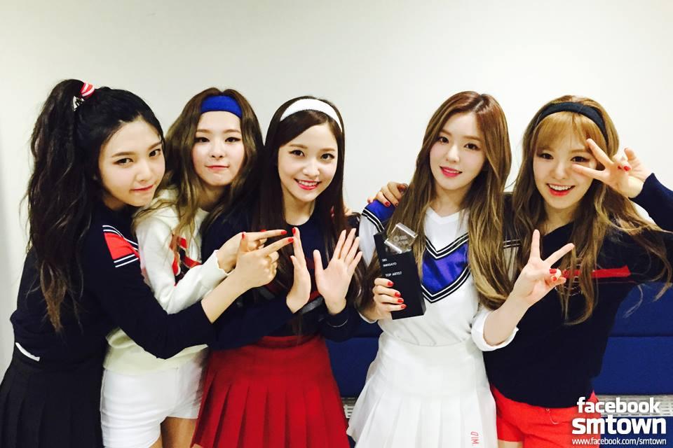 ♥ Red Velvet  在今年加入新成員的 Red Velvet,一回歸就順利拿下第一個音樂節目一位得獎盃,真的不誇張,走在路上都會聽到「Dumb Dumb」,然後都會想要跟著來一段。