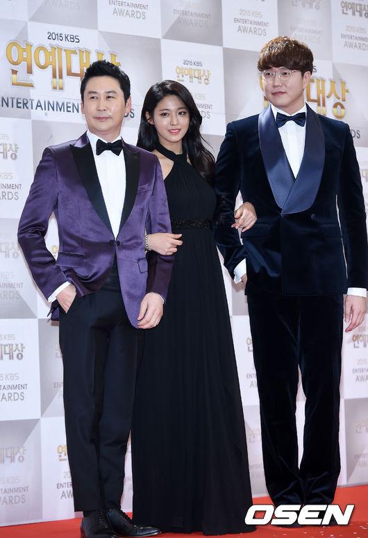 揭開2015年末大賞序幕的《KBS演藝大賞》於昨天晚上舉行了頒獎典禮 今年由申東燁、AOA雪炫和成詩京一同主持典禮 三個人的服裝可以說都走一個典雅風