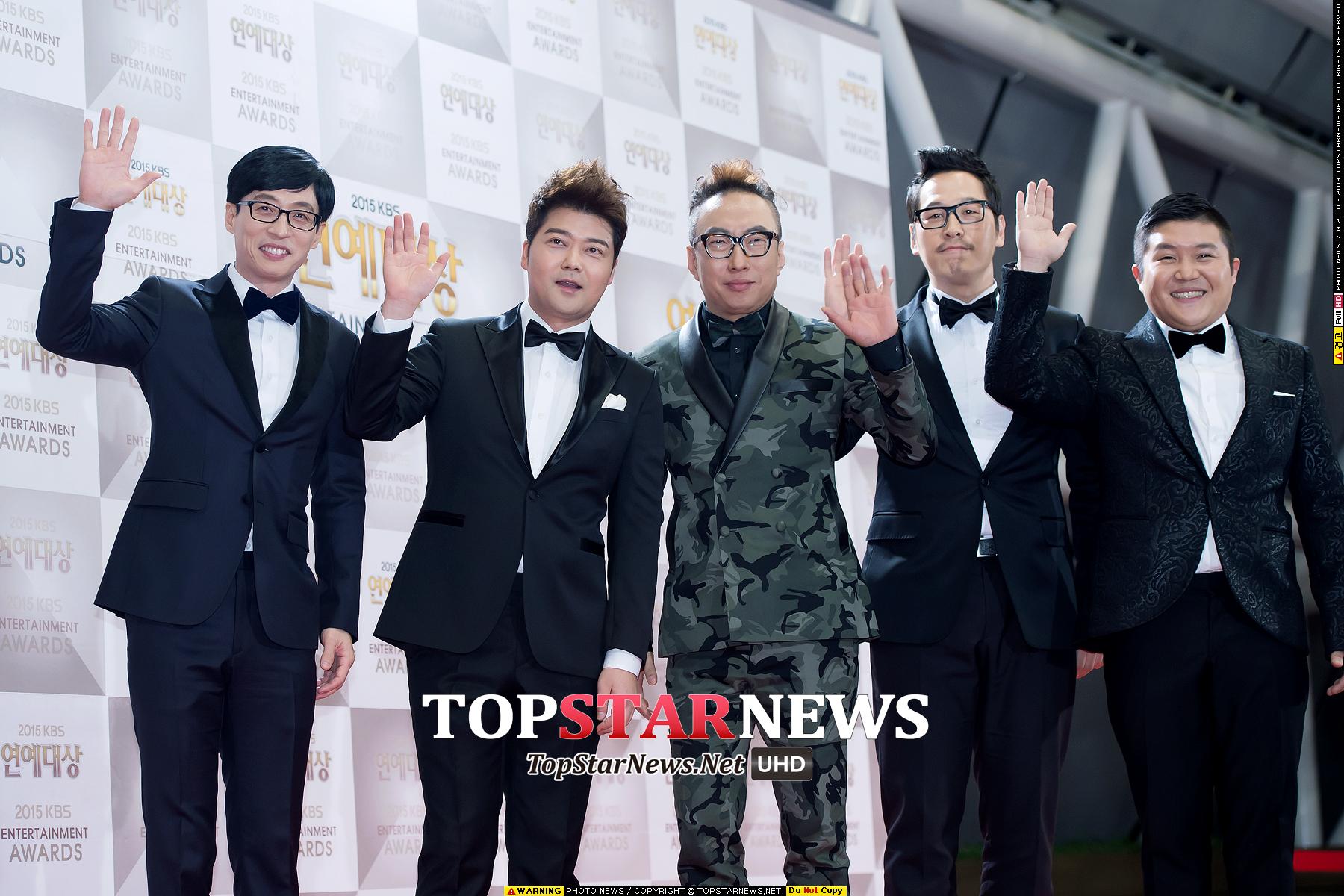 《Happy Together》的五位男主持人一同現身紅地毯 劉在石、全賢武、金風和曹世鎬都選擇最基本的黑白配 只有朴明秀一個人非常跳tone的穿了一套迷彩西裝