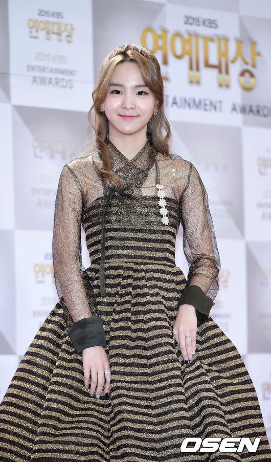與MAMAMOO一起合作表演的「國樂少女」宋素熙 則穿著一件改良式韓服的禮服,一點也不違和