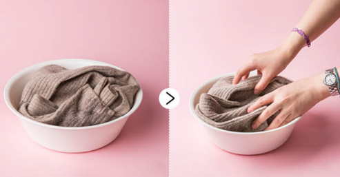 step2.把羊毛衫放進去浸泡3~5分鐘后,用手輕輕揉洗乾淨。