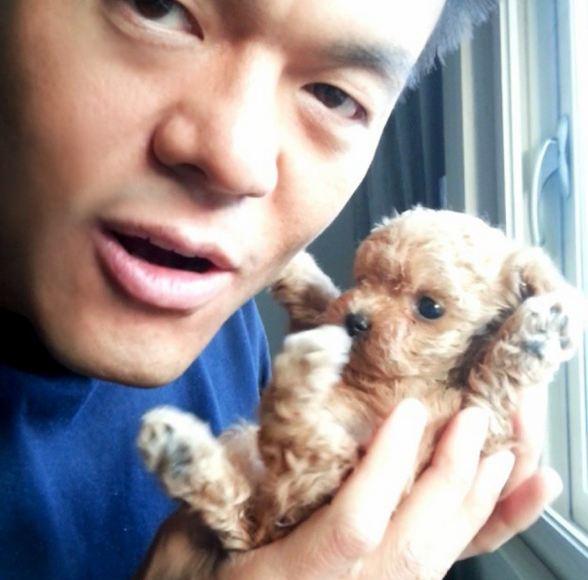 可別以為只有美女會為毛小孩融化 JYP和他的毛孩子Hodu~(核桃) 和評審時的眼神完全不同,散發爸爸愛的JYP啊!