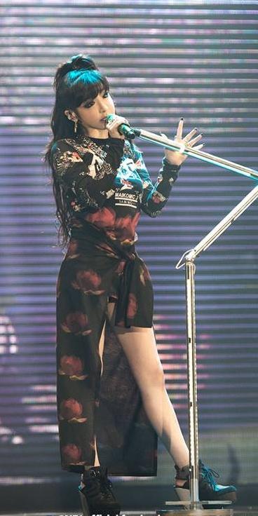 以「均勻有致的長腿」和「精緻的娃娃臉」著稱的朴春,不僅被韓國媒體稱為美腿擁有者,同時也是韓國女孩們最想成為的身材範本。