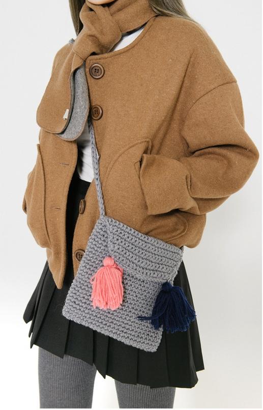 側背的小包包還可以用亮色毛線球裝飾十分特別♬