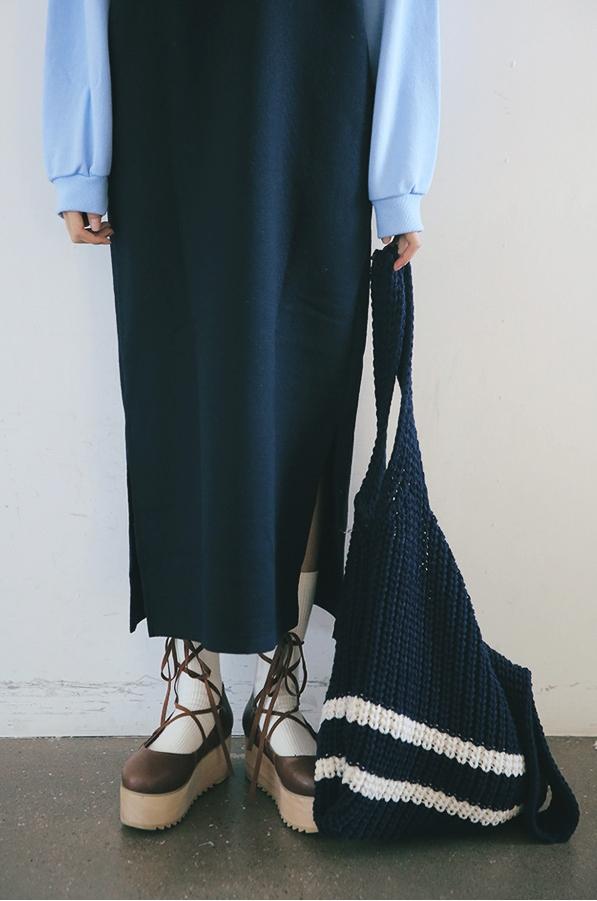 搭配著及踝的長洋裝有種慵懶感,散發出柔柔的浪滿感…