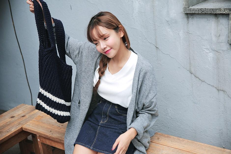 可愛的女生就是不需要太多東西,提著一個時髦的針織包就夠了。