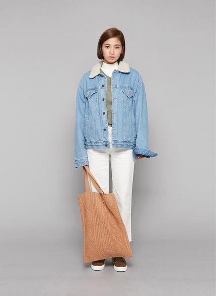 藉由織紋的花樣成為時尚關鍵品。這樣搭配牛仔夾克既率性又甜美。