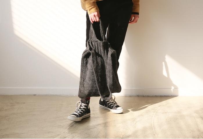 平時的褲裝不想要太甜美就投入軟軟的針織手提袋吧!好感度大增~