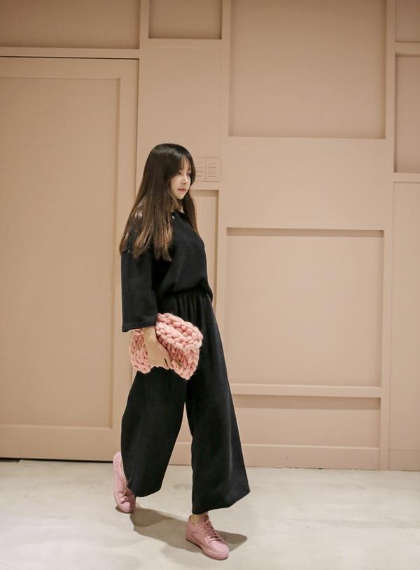 現在韓國女生都改拿這種粗鉤織手拿包呢~配合自己穿搭的色系決定好今天手拿包的款式吧!
