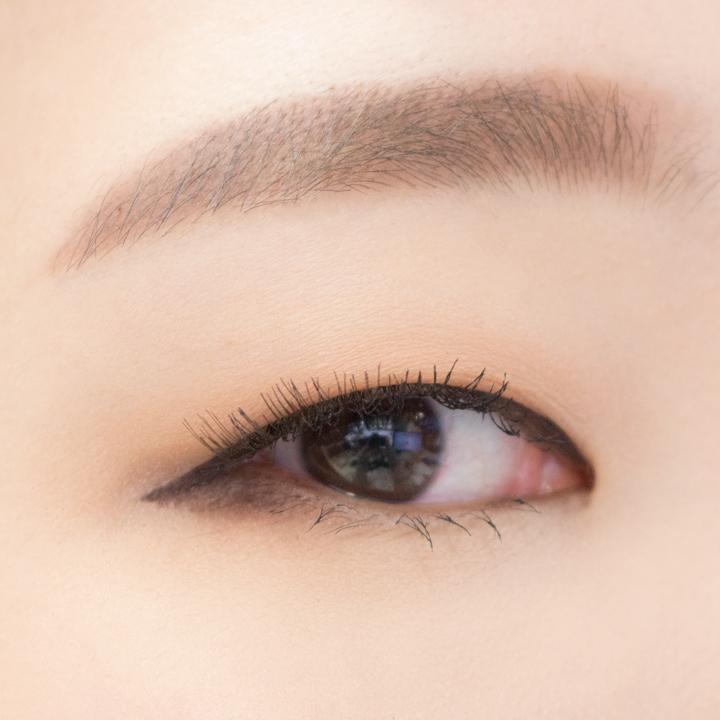 立刻找一個單眼皮的小編來試用! 也黏上假睫毛來看一下效果