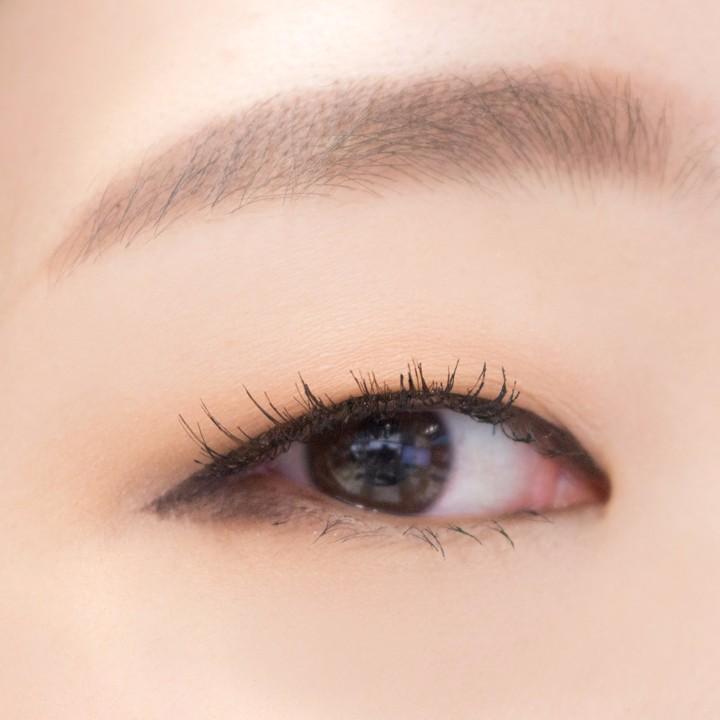 剛剛使用1號假睫毛對小編來說有點過長,所以決定再來試用看看2號 這個就比較自然吧~而且很適合單眼皮的眼型 GOOD...♡