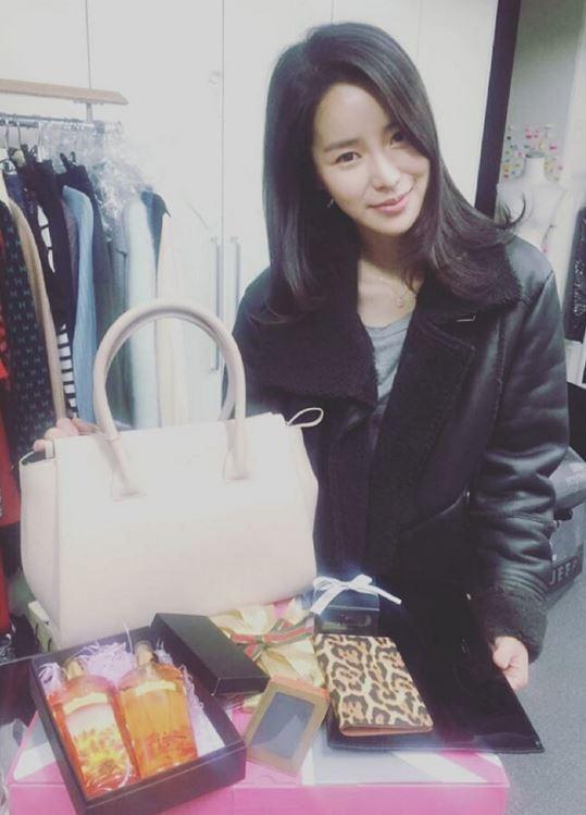 前幾天林智妍在instagram更新了一則照片,看似是收到了一份聖誕節禮物,不過這個包包似乎有點眼熟…?