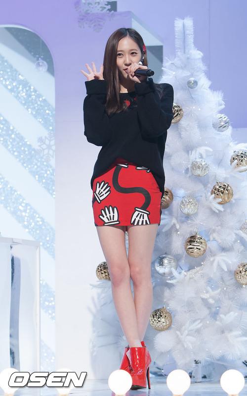 這麼看下來,水晶還是穿短裙最美惹~看看那纖細又白皙的大長腿!!