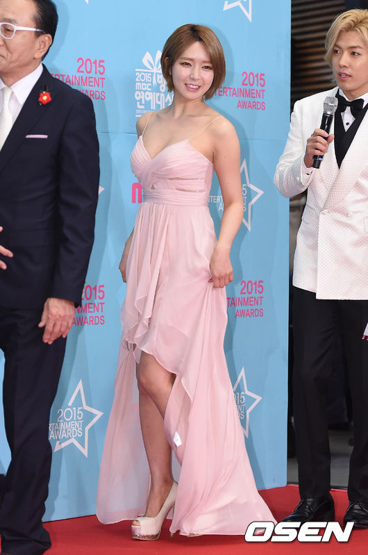 JOAH JOAH的AOA草娥則是因參與《My Little Television》獲得「年度新星獎」, 粉色的細肩紡紗禮服,前短後長的剪裁小露腿部線條