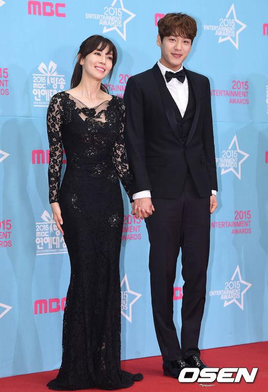 可愛的姊弟郭時暘♥金素妍, 兩人分別獲得了「年度新星獎」及「實境部門女子最優秀獎」 金素妍的黑色蕾絲禮服凸顯了她性感的身體曲線