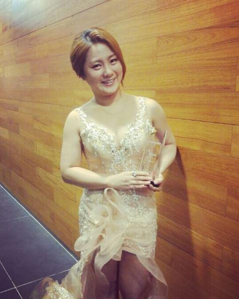 在《KBS演藝大賞》以猴妝現身的朴娜萊不再搞笑,穿上華麗的短禮服 並以《黃金漁場─Radio Star、My Little Television》得到出道十年來第一座「音樂、談話部門女子新人獎」