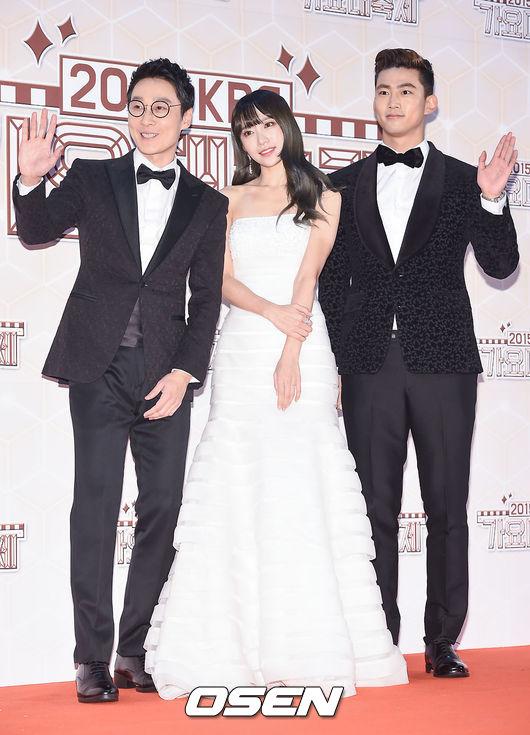 澤演、Hani、李輝才像是兩個王子護駕公主登台,身高剛剛好呢!(澤演的晚禮服好華麗喔!)