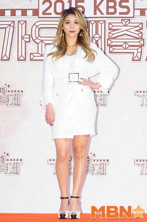 Ailee巧心搭配,連耳環都很引人注目!70年代金釦的造型風格,展現了復古摩登的特色~