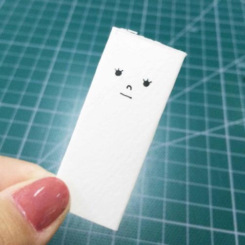 3. 在疊好的紙上畫出「傾訴娃娃」的臉蛋!可愛一點點~