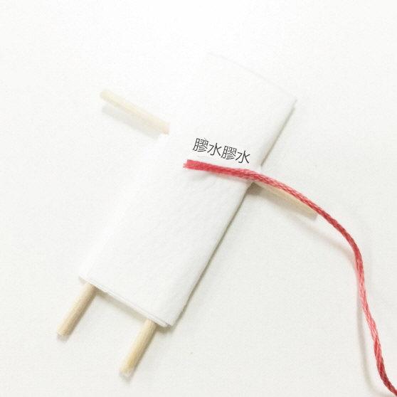 8. 用木工膠把線固定在紙上