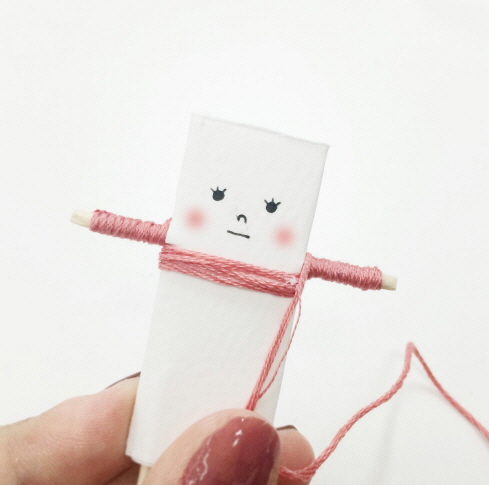 圍繞身體纏繞! 在娃娃的身體上塗一點點木工膠的話,可以更好的固定好線!