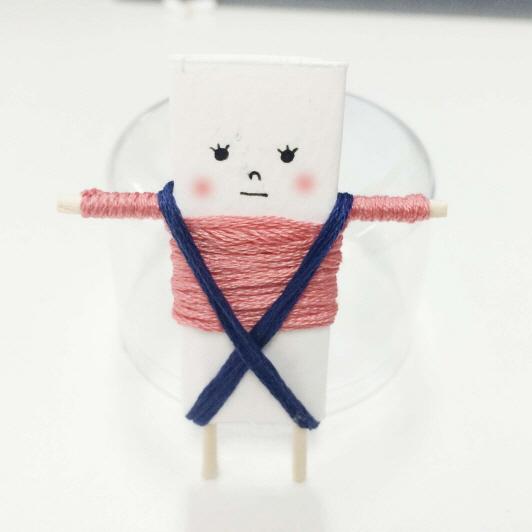 小編想給娃娃穿一條吊帶褲,所以先用線纏繞了一個X型!